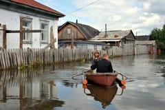 I locali si muovono intorno alle vie in barca L'Ob', che ha uscito dalle banche, ha sommerso le periferie della città Immagini Stock Libere da Diritti