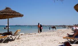 I locali sulla spiaggia nel cammello della linea costiera della Tunisia Fotografia Stock