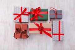 I lotti dei contenitori di regalo fondo, festa presenta in carta Fotografia Stock