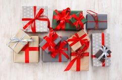 I lotti dei contenitori di regalo fondo, festa presenta in carta Immagini Stock Libere da Diritti