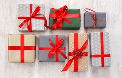 I lotti dei contenitori di regalo fondo, festa presenta in carta Fotografie Stock