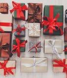 I lotti dei contenitori di regalo fondo, festa presenta in carta Immagine Stock Libera da Diritti