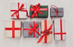 I lotti dei contenitori di regalo fondo, festa presenta in carta Immagini Stock