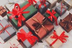 I lotti dei contenitori di regalo su legno, festa presenta in carta Fotografia Stock Libera da Diritti