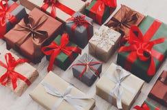 I lotti dei contenitori di regalo su legno, festa presenta in carta Fotografia Stock