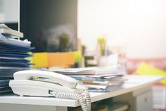 I lotti dei documenti non finiti sulla scrivania Mucchio della carta dei documenti fotografie stock libere da diritti