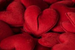 I lotti dei giocattoli rossi della peluche del cuore Fotografie Stock