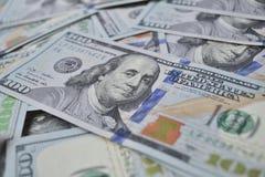 I lotti di cento banconote in dollari Immagine Stock