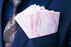 I mäns euro för dräkter 500 Muta och korruption med eurosedlar Arkivfoto