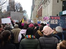 I ` m mit ihr, Statue von Liberty Sign, Frauen ` s März, Central Park West, NYC, NY, USA Stockfotografie