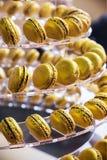 I maccheroni agglutinano l'imitazione nel colore dell'oro Fotografia Stock