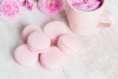 I maccheroni di rosa pastello con sono aumentato Fotografia Stock