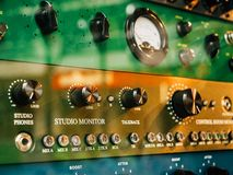 I macro dettagli del primo piano di Burl Studio controllano l'audio monitor Fotografia Stock Libera da Diritti
