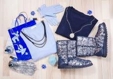 I maglioni di Natale dell'inverno e gli stivali frizzanti con gli accessori hanno sistemato sul pavimento Fotografia Stock Libera da Diritti