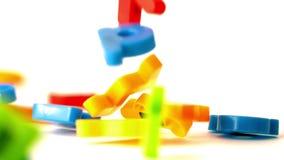 I magneti dell'alfabeto che cadono sul bianco sorgono stock footage