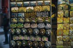 I magneti della città di Leopoli sull'inverno della via comperano Fotografie Stock Libere da Diritti