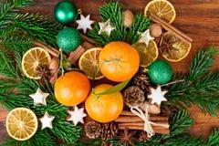 I mandarini fruttifica decorazione di natale con il ramo e le spezie dell'abete Fotografia Stock