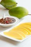 Mango verde con salsa dolce, dessert tailandese. Immagini Stock Libere da Diritti