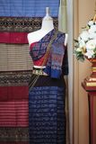 I manichini mostrano il vestito di seta tessuto a mano d'uso immagine stock libera da diritti
