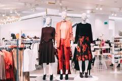 I manichini si sono vestiti in abbigliamento casual femminile della donna in deposito di acquisto Fotografia Stock Libera da Diritti
