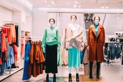 I manichini si sono vestiti in abbigliamento casual femminile della donna in deposito di acquisto Immagini Stock Libere da Diritti