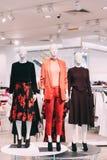 I manichini si sono vestiti in abbigliamento casual femminile della donna in deposito di acquisto Immagine Stock Libera da Diritti