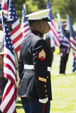 I marinai degli Stati Uniti stanno all'attenzione a cerimonia commemorativa per il soldato caduto degli Stati Uniti, PFC Zach Sua Immagini Stock