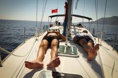 I marinai partecipa al Regatta di navigazione Fotografia Stock