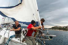 I marinai partecipano alla regata dodicesimo Ellada Autumn-2014 della navigazione sul mar Egeo Immagine Stock Libera da Diritti