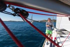 I marinai partecipano alla regata sedicesimo Ellada della navigazione Immagine Stock
