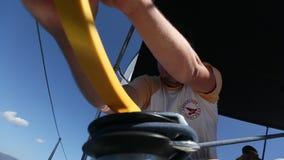I marinai partecipano autunno 2016 di Ellada di regata della navigazione al sedicesimo fra il gruppo di isola greco stock footage
