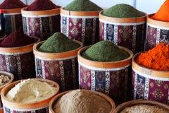 I marknaden av basaren i Turkiet härliga Istanbul innehåll arkivbilder