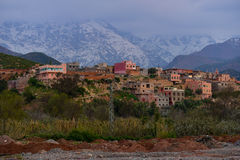 By i Marocko kartbokberg på solnedgången Royaltyfria Bilder