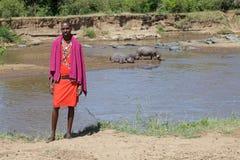 I Masai equipaggiano al fiume di Mara Fotografia Stock