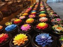 I mazzi dei germogli freschi del loto hanno bordato con acqua al mercato del fiore a Bangkok, Tailandia Immagine Stock