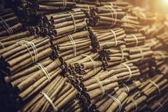 I mazzi della cannella legati dalla corda a sapore arabo del mercato aromatizzano l'ingrediente per alimento sano Fotografia Stock