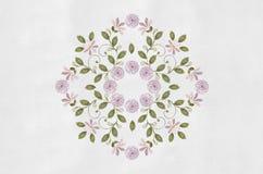 I mazzi dentellano i fiori con curlse rosesnel centro Immagini Stock Libere da Diritti