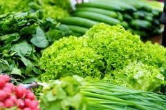 I mazzi di lattuga organica hanno venduto sul mercato del ` s dell'agricoltore Fotografie Stock