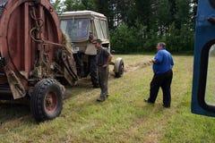 I meccanici dell'attrezzatura dell'azienda agricola del trattore ispezionano in corso della fabbricazione dell'ha Immagini Stock Libere da Diritti