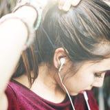 I media d'ascolto di musica della donna hanno legato il concetto della coda di cavallo Immagine Stock Libera da Diritti