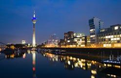 I media di Düsseldorf Harbor alla notte Immagini Stock Libere da Diritti