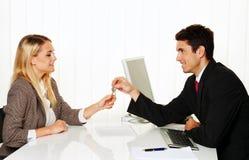 I mediatori e gli inquilini fanno l'accordo locativo. T Ã Immagini Stock Libere da Diritti