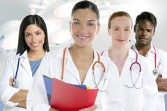 I medici team il gruppo in una priorità bassa di bianco di riga Immagine Stock