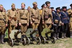 I membri del Soviet storico della stella della storia di usura rossa del club uniformano durante la rievocazione storica di WWII Fotografie Stock Libere da Diritti