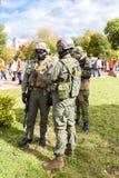 I membri non identificati del club militare nell'esercito del cammuffamento uniformano Immagine Stock