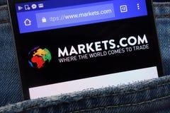I mercati intermediano i mercati del sito Web COM ha visualizzato sullo smartphone nascosto in jeans intasca fotografia stock