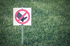 I mezzi del segno o di simbolo sui prati inglesi per non andare fotografie stock libere da diritti