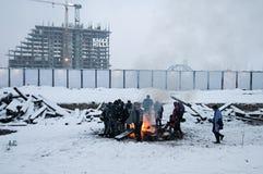 I migranti sono heated sopra un fuoco nella neve e nel freddo Fotografia Stock Libera da Diritti
