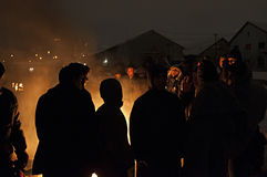 I migranti sono heated sopra un fuoco nella neve e nel freddo Immagine Stock Libera da Diritti