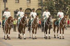 I militari del Carabineros legano assistono alla cerimonia cambiante davanti al palazzo presidenziale di Moneda della La, Santiag Fotografie Stock